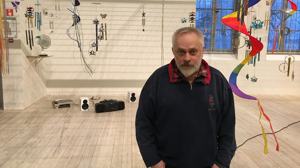 Stig Sjölund i utställningen No Business på Kristinehamns konstmuseum. Foto: Karsten Thurfjell/SR