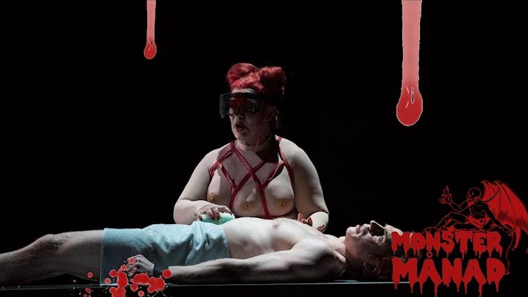 Rollfiguren Mother, med kostym skapad av konstnären Ann-Sofi Sidén, i Kungliga operans uppsättning av Tristessa.