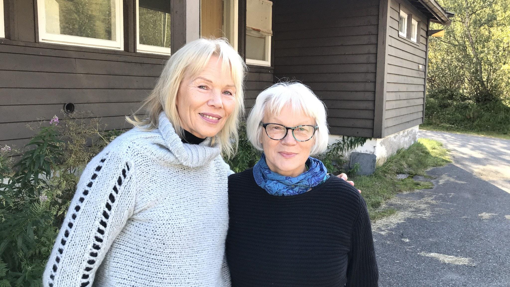 Synnöve Persen och Britta Marakatt-Labba utanför huset där Mázegruppen bildades.