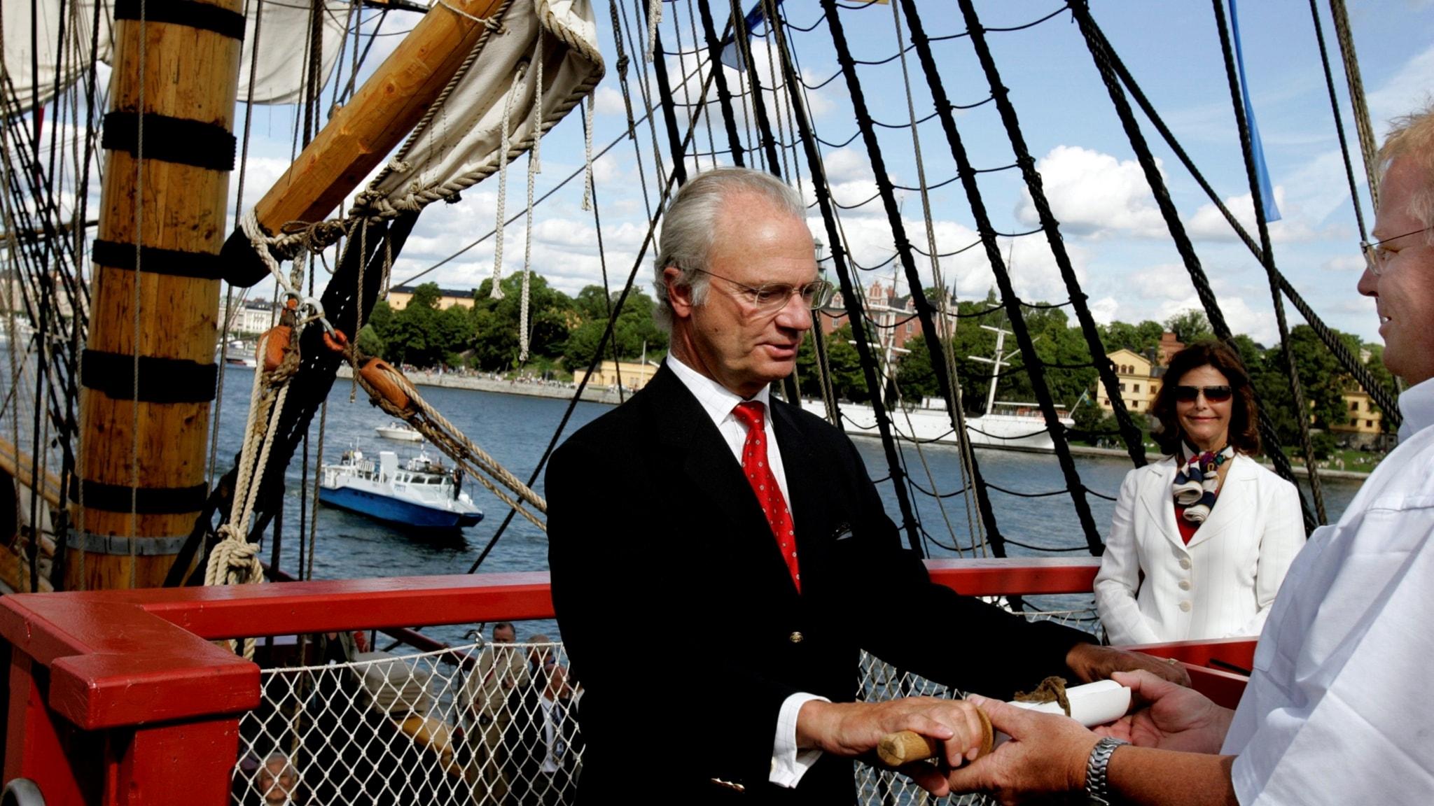 """Kung Carl Gustaf ombord på """"Götheborg"""", en exakt kopia av ett av det svenska ostindiska kompaniets fartyg, efter dess jungfrufärd till Stockholm 2005."""