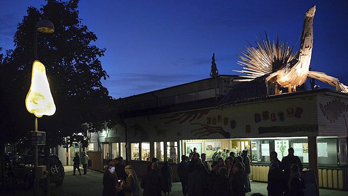 Den lysande näsan och fågeln i Jordbro på Konst händer-invignigen