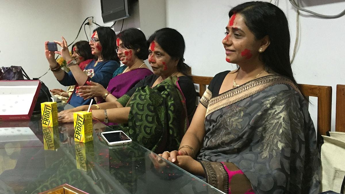 Kvinnofest på Banaras Hindu University. Lärarna firar vårfesten Holi. Foto: Naila Saleem