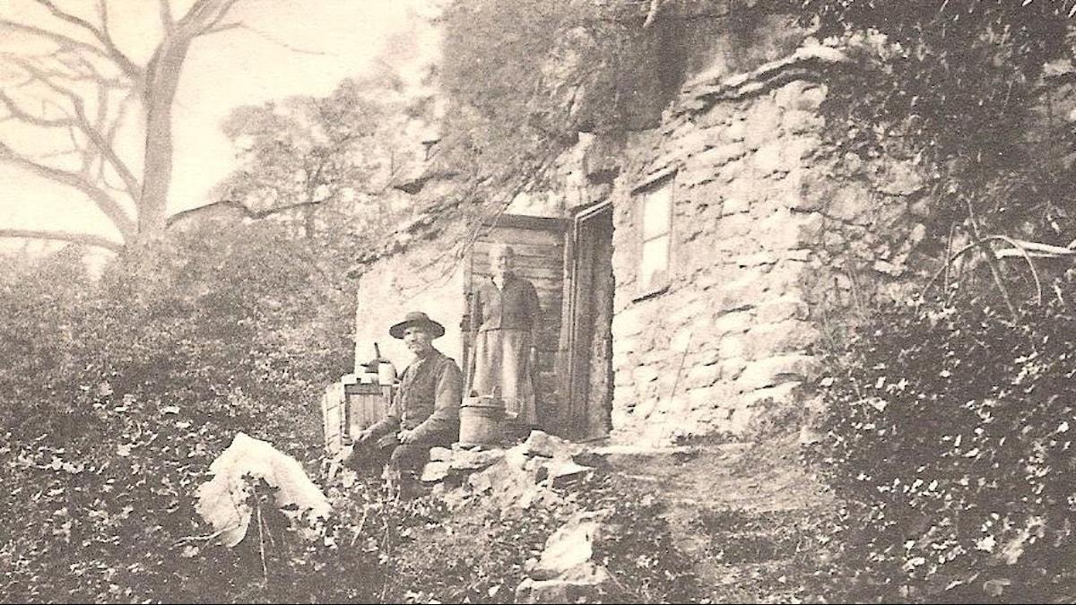 Lasse och Inga Eriksson utanför sin grotta i Västergötland.