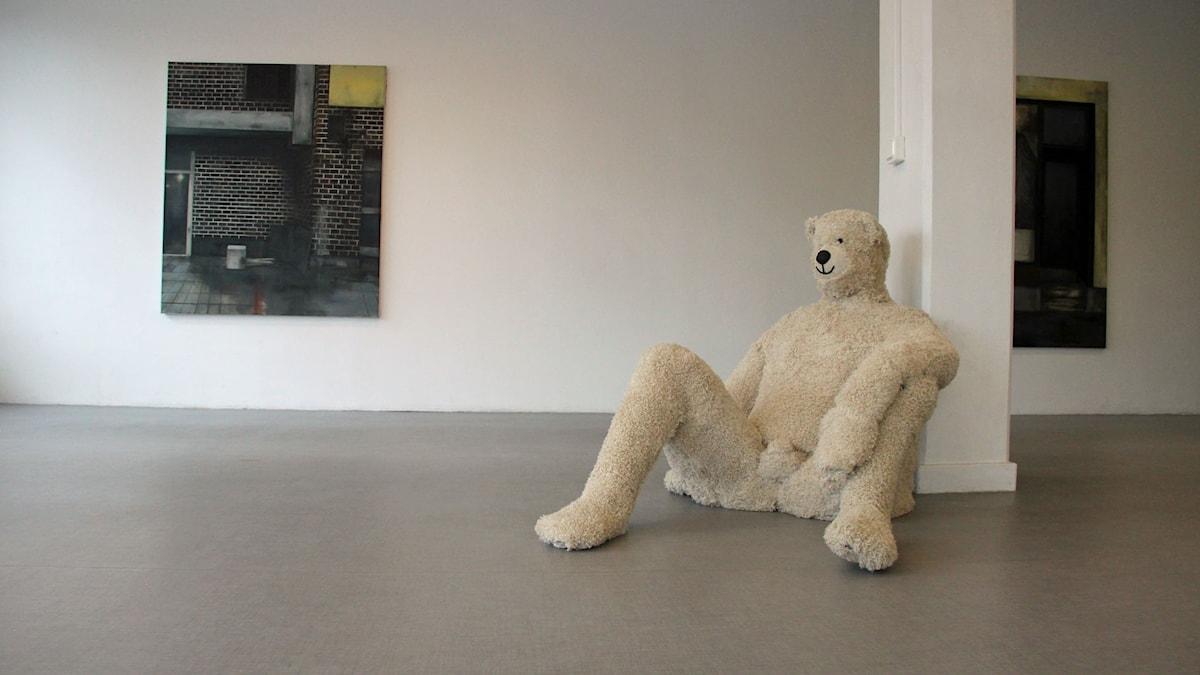 Målningar av Helen Haskakis och Christoffer Janssons teddybjörn, Galleri Lillasyster.