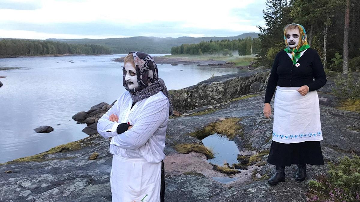 Två azdoras på väg till fotografering vid Kattilakoski, Torne älv.