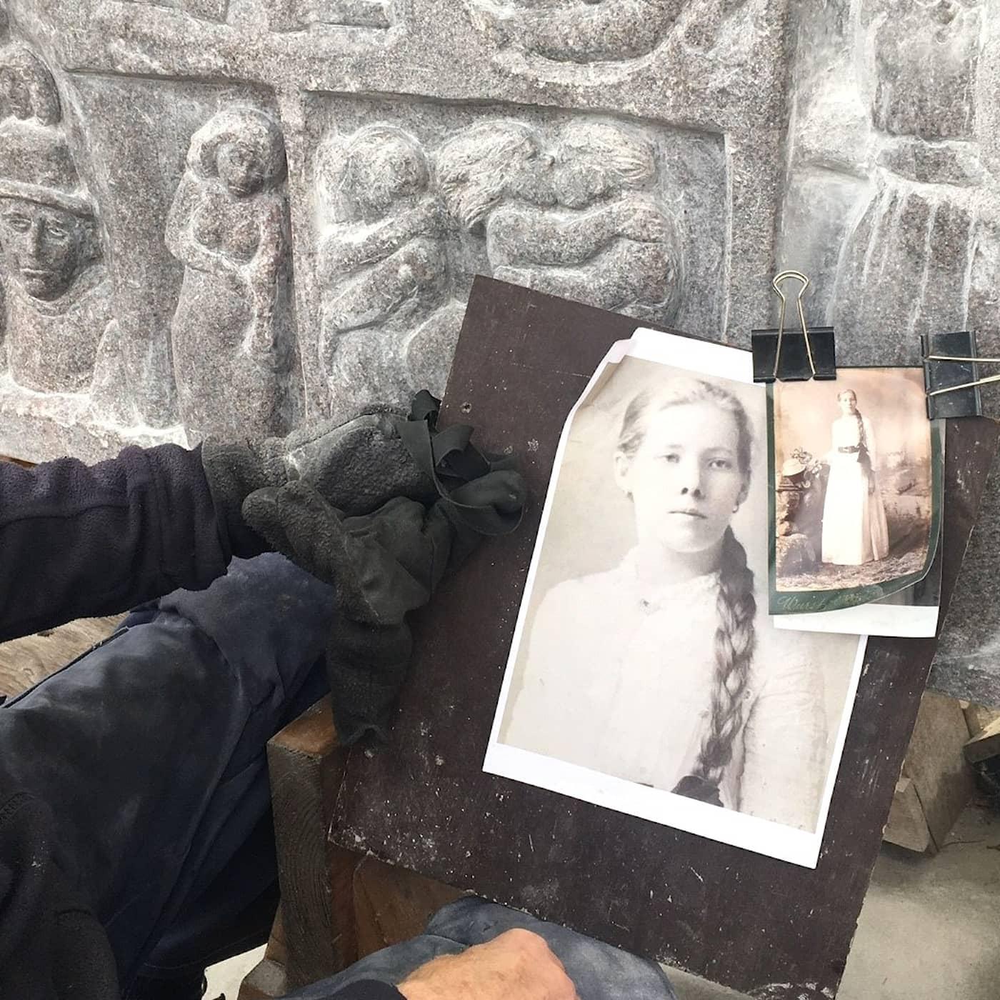 Första kvinnliga arbetarförfattaren Maria Sandel förevigad i sten