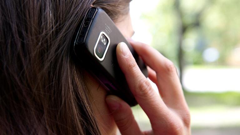 Kvinna ringer med/pratar i mobiltelefon. Foto: Henrik Montgomery/TT.