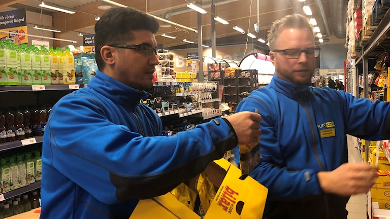 Två män som jobbar i butik