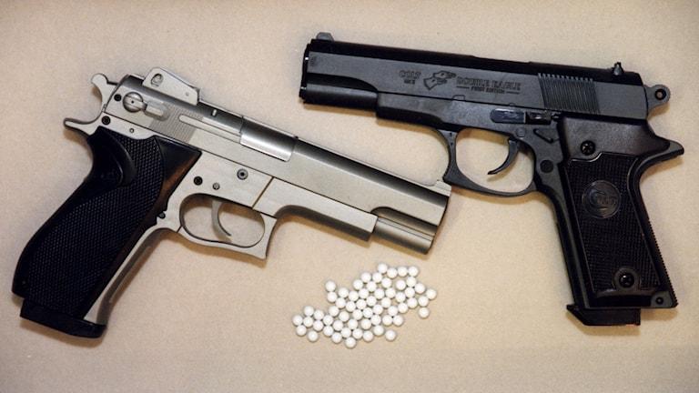 STOCKHOLM 20030811 ARKIV  Allt fler unga bär vapen. Sedan 1999 har antalet ungdomar under 20 år som misstänks för brott mot vapenlagen ökat med 42 procent, visar statistik från Brottsförebyggande rådet (BRÅ).(TT) Bilden: Luftpistoler ( Soft air guns) med plastkulor. Foto: Pawel Flato / Scanpix