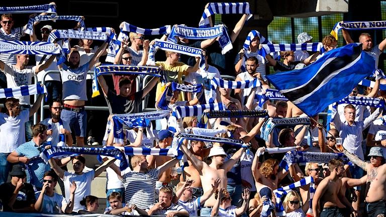 IFK Norrköpings supportrar på fotbollsläktare
