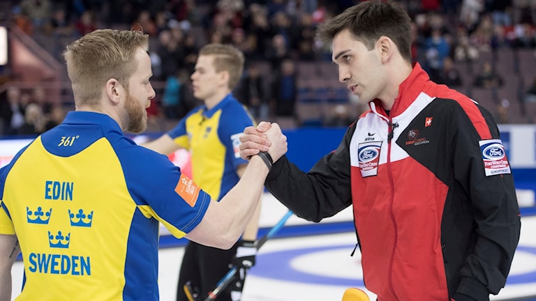 Sweden skip Niklas Edin, left, shakes hands with Switzerland skip Peter de Cruz after Sweden's win in a semifinal at the men's world curling championships in Edmonton, Alberta, Saturday, April 8, 2017. (Jonathan Hayward/The Canadian Press via AP)