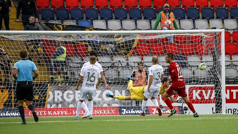 Östersunds Blair Sebastian Turgott kvitterar till 1-1 under söndagens fotbollsmatch i Allsvenskan mellan Östersunds FK och AIK