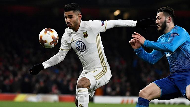 Fotbollsspelaren Hosam Aiesh Östersunds FK med boll i Europa League-match mot Arsenal
