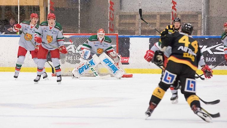 Hockeyspelare på isen under pågående match