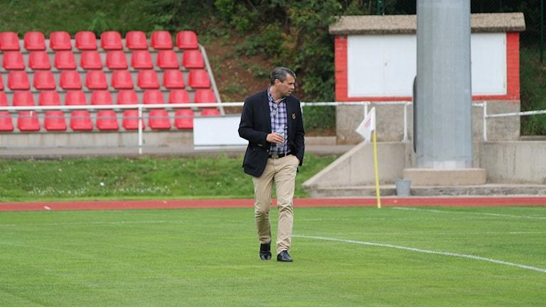 Ordförande Daniel Kindberg inspekterar planen före matchen mot Fola esch.