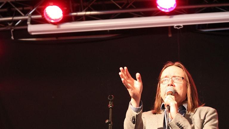 Stefan Hallgren sjunger sin fars låt Gråt inga tårar.
