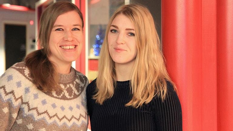 Porträttbild av två leende kvinnor