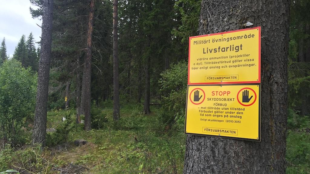 Varninsgskylt i terrängen kring Dagsådalens skjutfält.