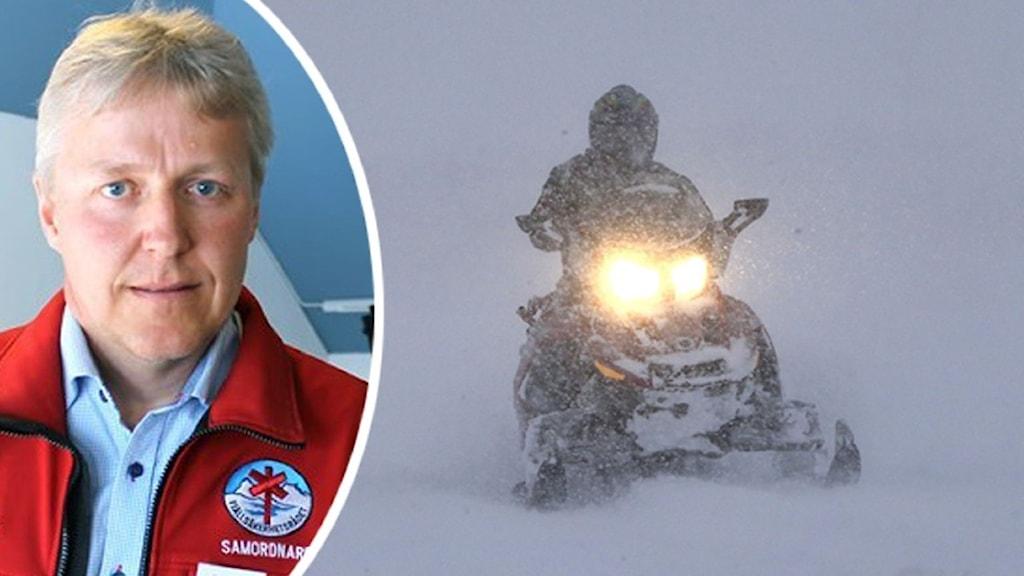 Till vänster en något äldre man klädd i röd jacka och ljusblå skjorta. Till höger en svart snöskoter som kör mot kameran i ett snöväder.