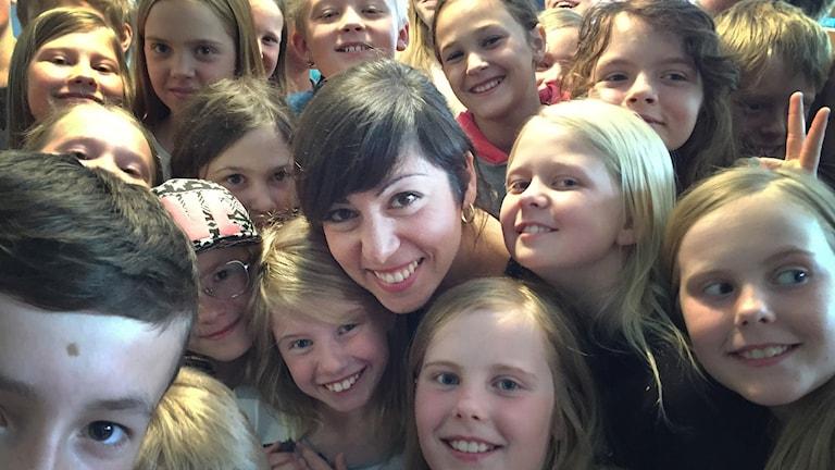 Safoura Safavi med elever på Böle byskola under repetitioner inför skolavslutningen.