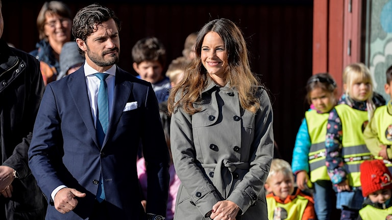 Prins Carl Philip och prinsessan Sofia går bland barn