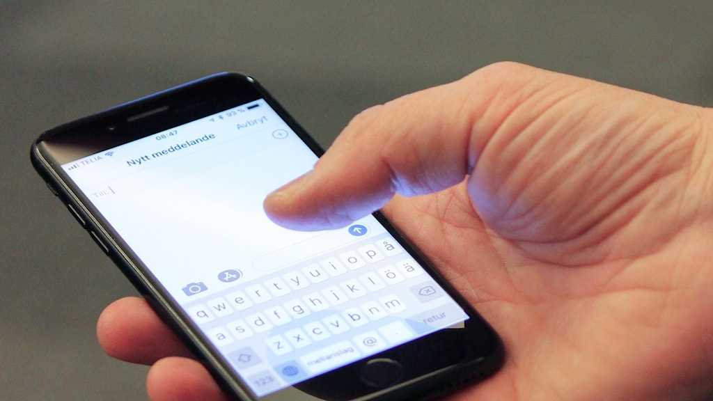 Hand håller mobiltelefon