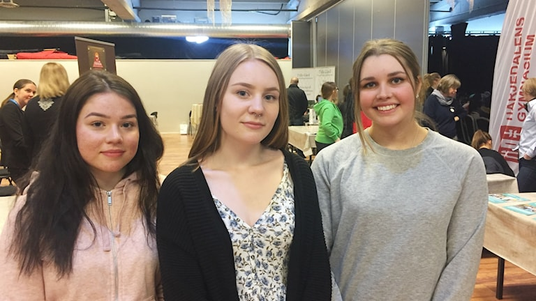 Tre unga tjejer på jobbmässa.