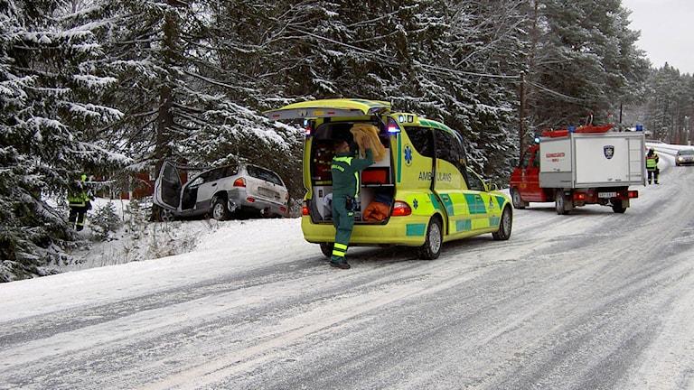 Ambulans är på plats vid olyckan.