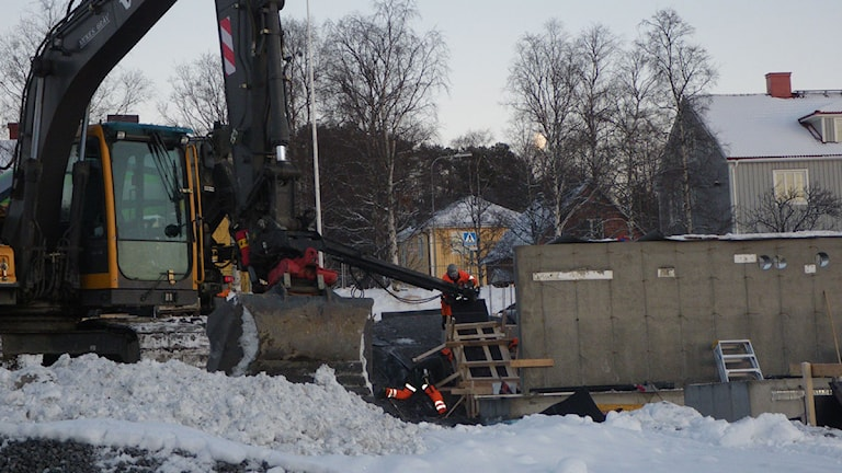 Grävmaskin vid Stadsdel Norr. Foto: Ann-Louise Rönestål-Ek/SR.