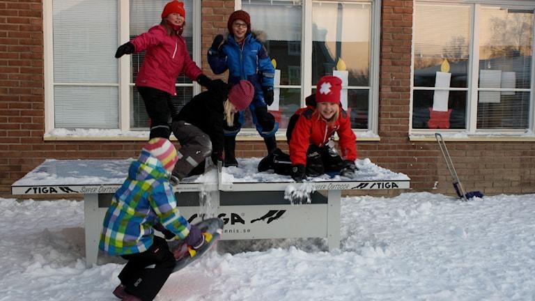 Fem barn leker utomhus