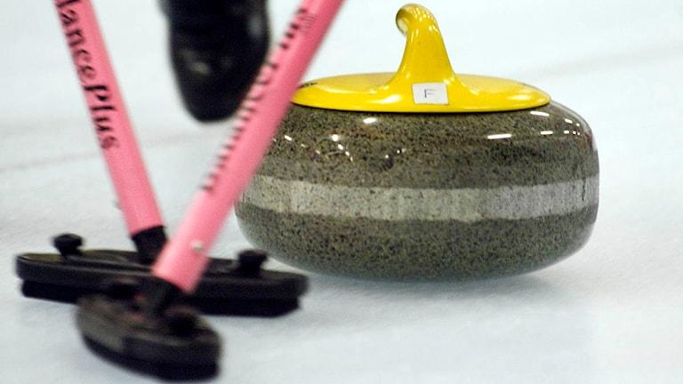 En curlingsten sopas fram