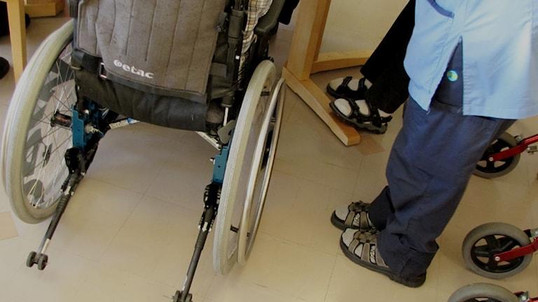 En rullstol bakifrån