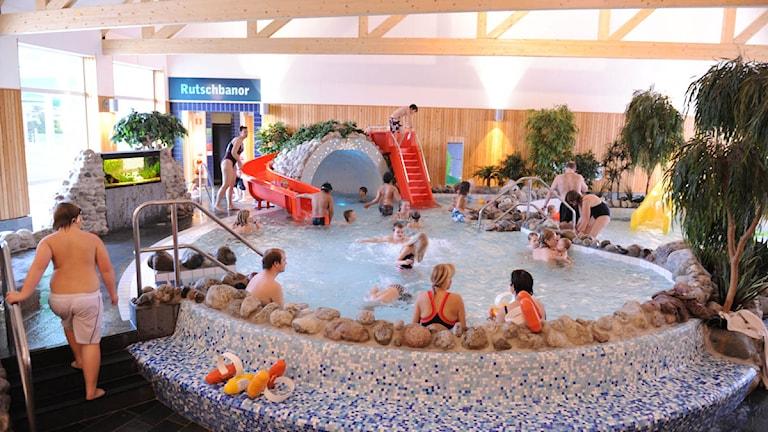 Barn och vuxna som badar