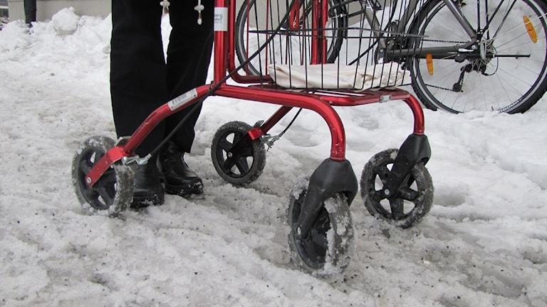 Svårt för äldre människor att gå i snömodd med rollator. Foto:Jessica Brander/Sveriges Radio.