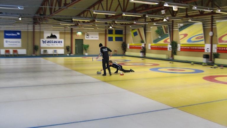 Alexander och Kristian Lindström tränar i Östersunds curlinghall. Foto: Annelie Lanner/SR.