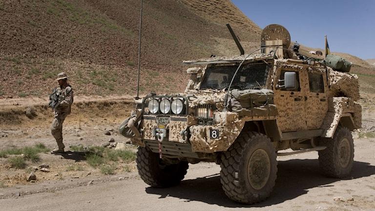 """Svenska soldater i Afghanistan, med """"Galt"""", pansarbil. Foto: Sergeant Alexander Karlsson/Försvarsmakten/Combat Camera"""