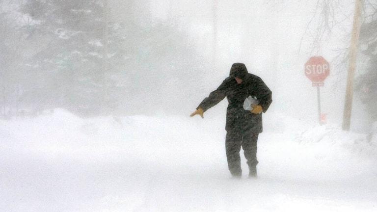 En person ute och går i snöstorm