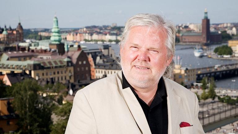 Kjell Albin Abrahamson med Stockholm i bakgrunden
