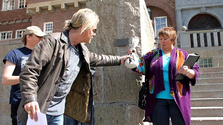 Björn Höglund lämnar över den symboliska grundplåten till kulturhus i Östersund till kommunalrådet AnnSofie Andersson (S).110523 Foto: Jan Mårdberg/SR