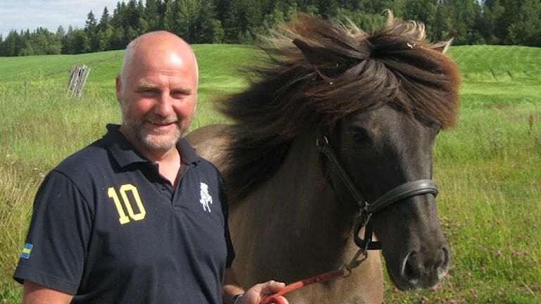 Gudmundur Einarsson och islandshästen Sproti. Foto: Elisabet Aagård/Sveriges Radio.