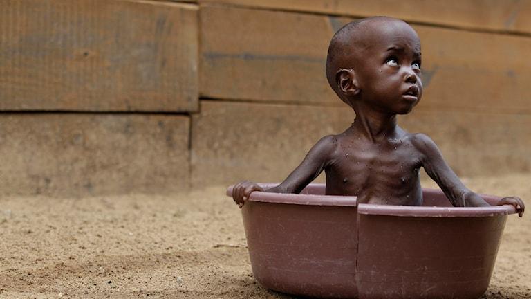 Ett litet barn sitter i en balja
