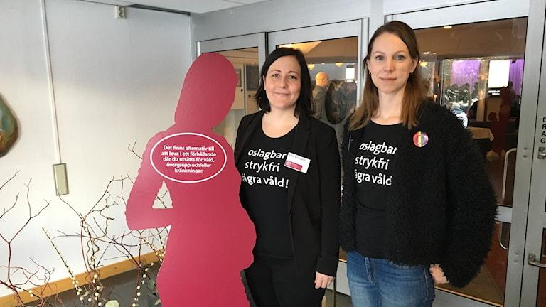 Två kvinnor står bredvid en siluett med texten: Det finns alternativ till att leva i ett förhållande där du utsätts för våld, övergrepp och/eller kränkningar.