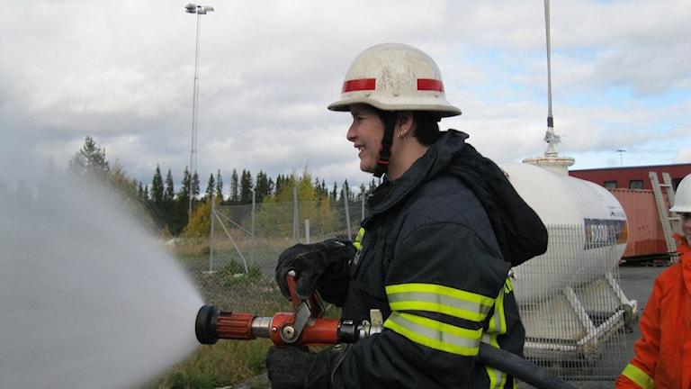 Sandra Meek håller i brandslangen och det tycker många är väldigt tungt. Men det tyckte inte hon.Foto: Britt-Inger Hellström.