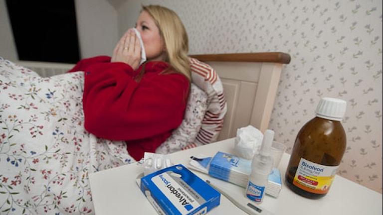 Sjuk kvinna vilar i sängen. Foto TT