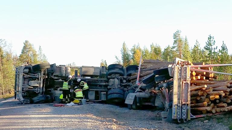 En timmerbil välte under onsdagen söder om Lillhärdal.