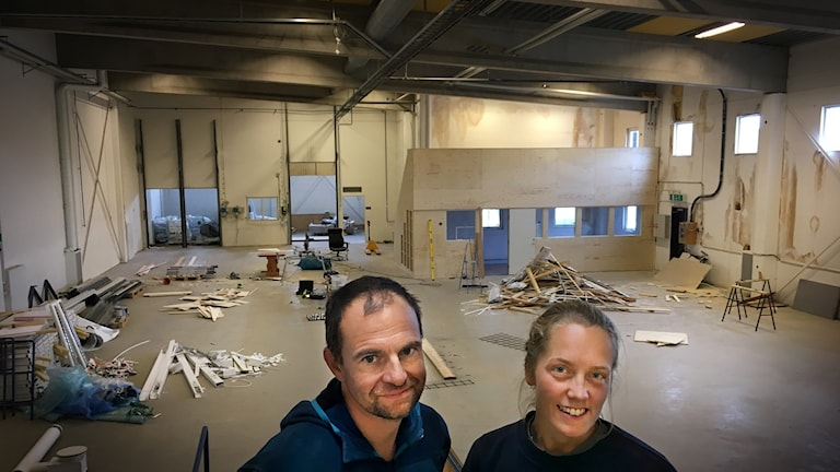 Henrik Westling och Nanna Söderin är två av de som bygger ett klättergym i Östersund.