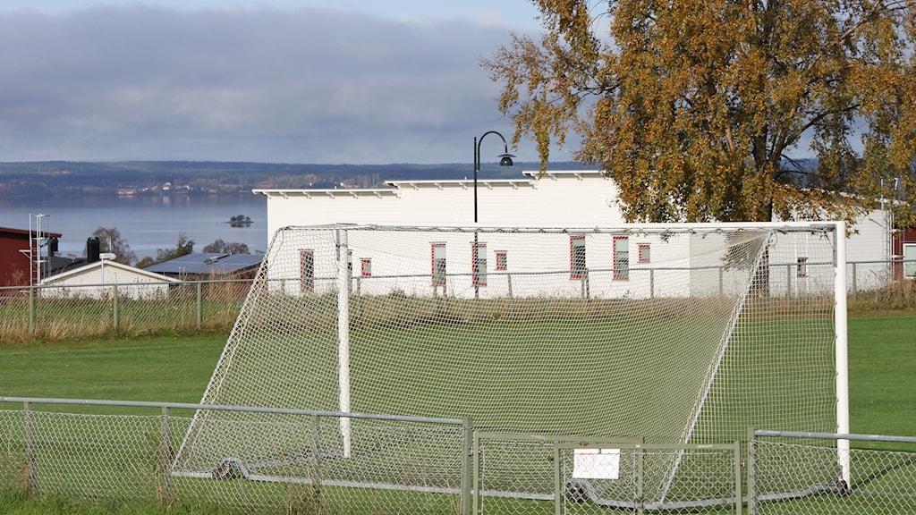 Fotbollsplan i bostadsområde