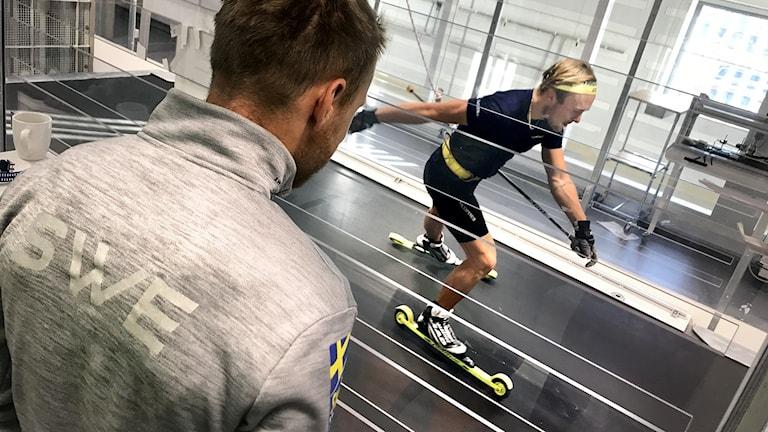 Skidskytten Oskar Ohlsson och landslagschefen Anders Byström tränar i Mittuniversitetets vindtunnel.