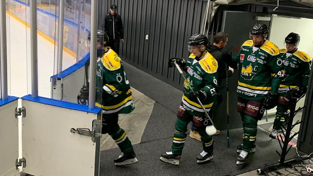 spelare i ishockeymundering entrar isen i en ishockeyhall