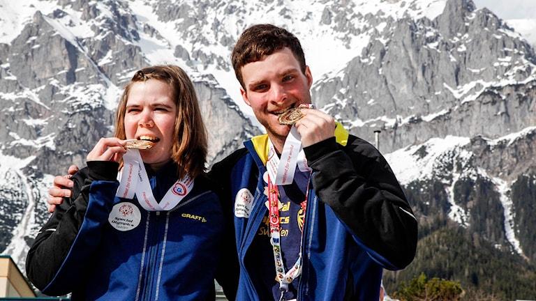 Lovisa Danielsson och Felix Nilsson tog varsitt guld vid längdtävlingen över 1 kilometer  vid Special Olympics World Winter games.